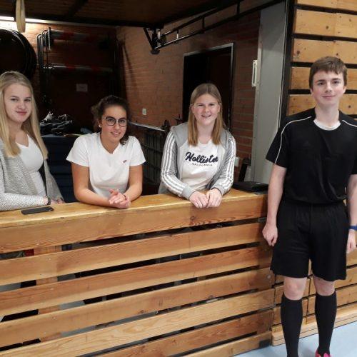 Turnierleitung Tine, Filiz und Rieke und Schiedsrichter Julian