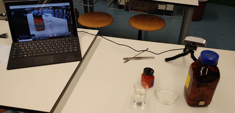 Webcams im Onlineunterricht für z.B. Konstruktionen in Mathematik oder Live-Experimente in Chemie